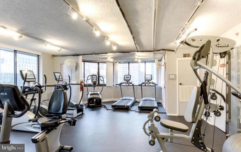Fitness center overlooking skyline - 1001 N VERMONT ST #106, ARLINGTON