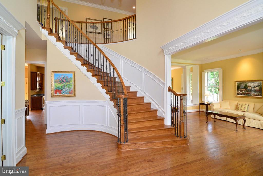 Large foyer with beautiful curved staircase - 41707 PUTTERS GREEN CT, LEESBURG