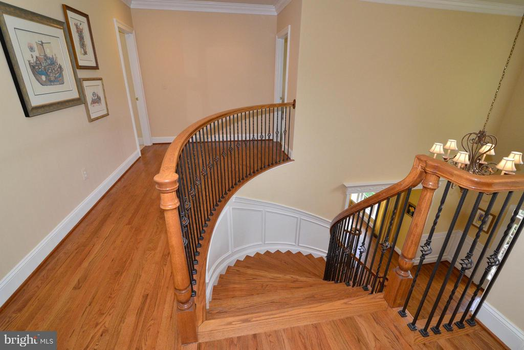 Sweeping staircase to second floor - 41707 PUTTERS GREEN CT, LEESBURG