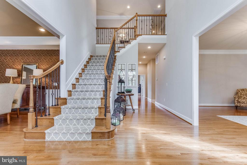 Elegent 2 Story Foyer with Wrought Iron Spindles - 41848 RAWNSLEY DR, ASHBURN