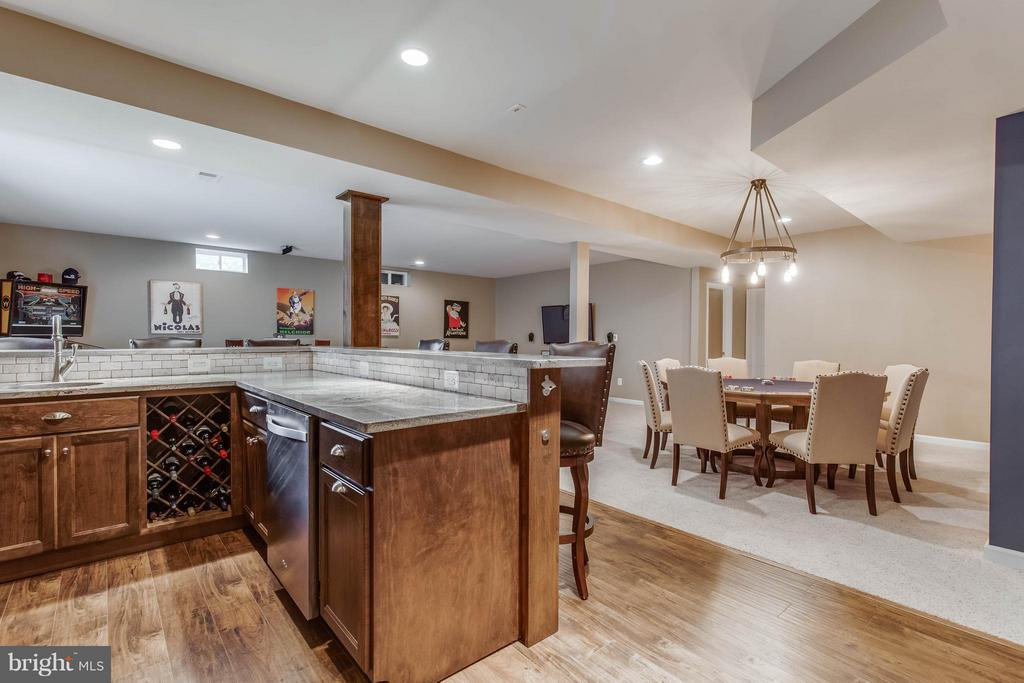 Wet Bar with Dishwasher and Wine Rack - 41848 RAWNSLEY DR, ASHBURN