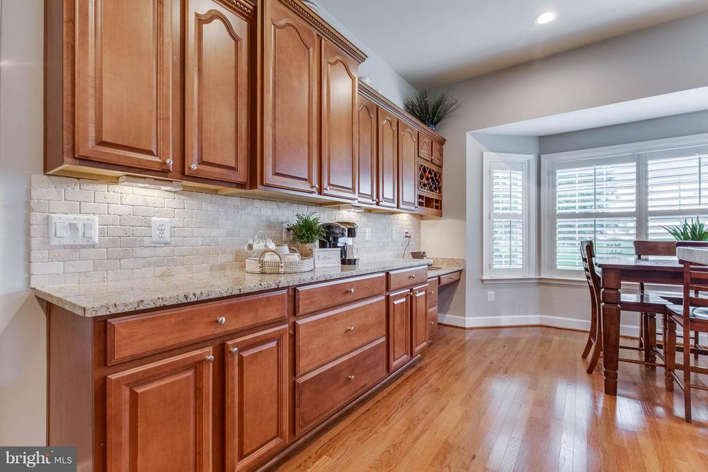 Gourmet Kitchen with Additional Cabinets - 41848 RAWNSLEY DR, ASHBURN