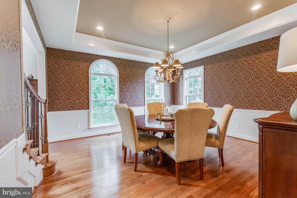 Lovely Formal Dining Room with Tray Ceiling - 41848 RAWNSLEY DR, ASHBURN