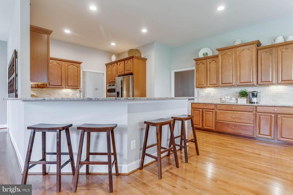 Gourmet Kitchen with Breakfast Bar - 41848 RAWNSLEY DR, ASHBURN