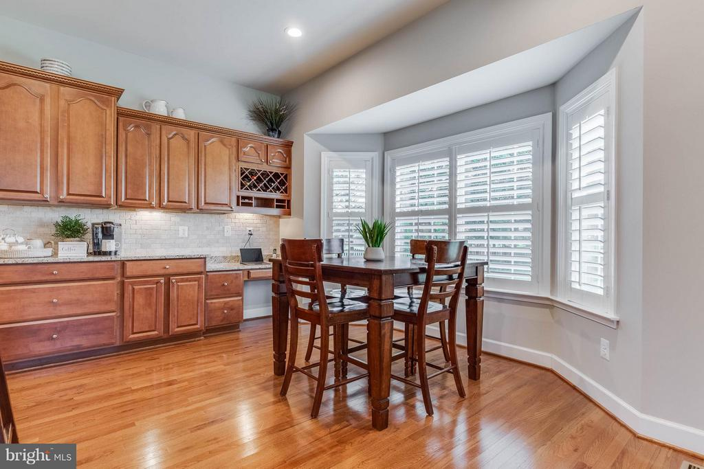 Gourmet Kitchen with Breakfast Room and Bay Window - 41848 RAWNSLEY DR, ASHBURN
