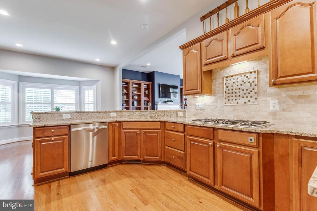 Gourmet Kitchen with Hardwood Floors - 41848 RAWNSLEY DR, ASHBURN