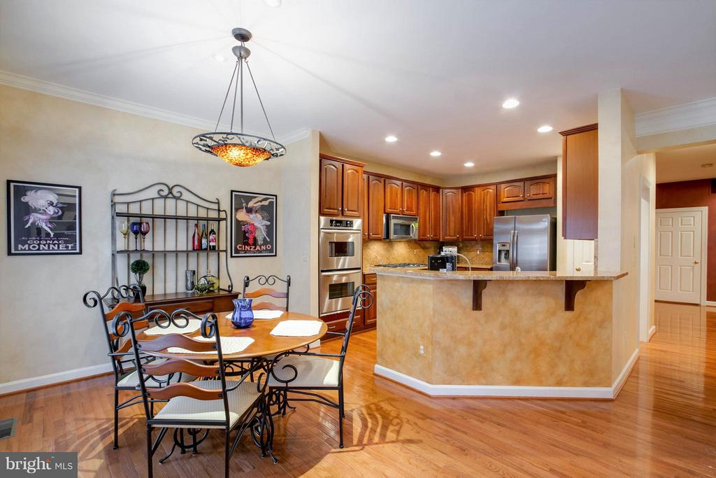 The kitchen has a bar that opens to the Great Room - 18332 BUCCANEER TER, LEESBURG
