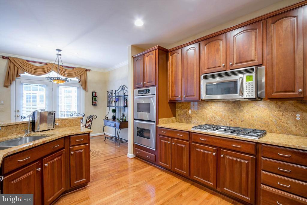 Kitchen w/upgraded granite counters & backsplash - 18332 BUCCANEER TER, LEESBURG