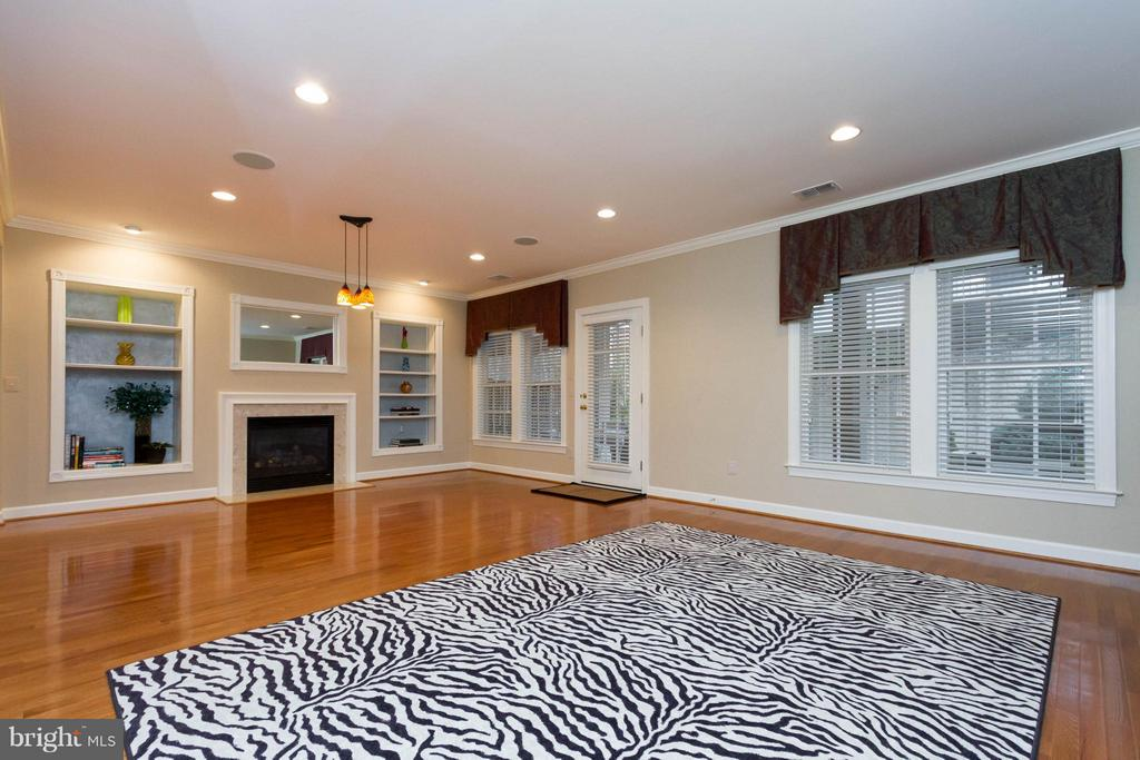 There are built-ins surrounding a gas fireplace. - 18332 BUCCANEER TER, LEESBURG