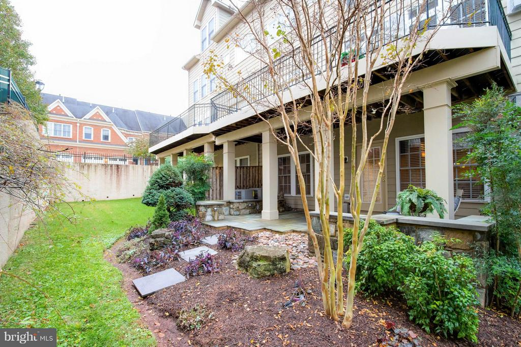 Complete with professional landscaping! - 18332 BUCCANEER TER, LEESBURG