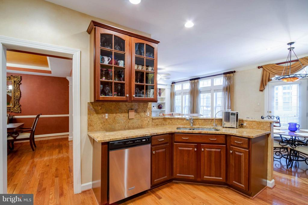 Cabinets have pull out drawers. - 18332 BUCCANEER TER, LEESBURG