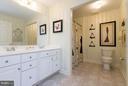 Upper level hall bath with a dual sink vanity - 18332 BUCCANEER TER, LEESBURG