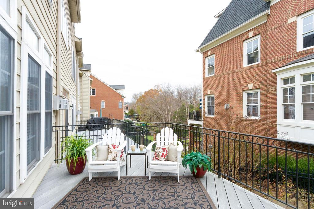 Have a seat and enjoy what this home offers! - 18332 BUCCANEER TER, LEESBURG