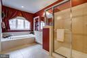 Option of a soaking tub or large shower - 18332 BUCCANEER TER, LEESBURG