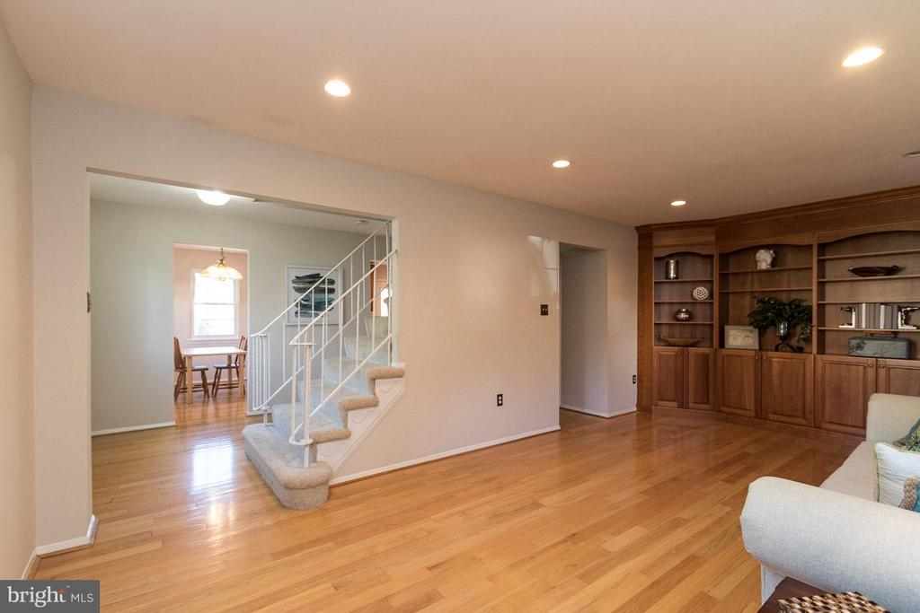 Hardwood flooring and built in book case - 9647 LINDENBROOK ST, FAIRFAX