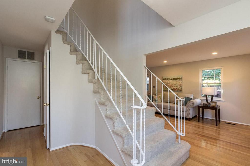 Foyer with curved staircase and new carpet - 9647 LINDENBROOK ST, FAIRFAX
