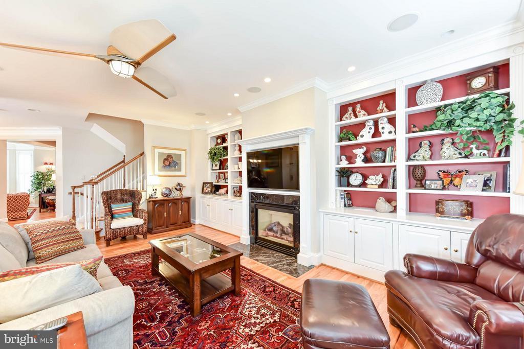 Gas fireplace gives the great room a cozy feel - 472 BELMONT BAY DR, WOODBRIDGE