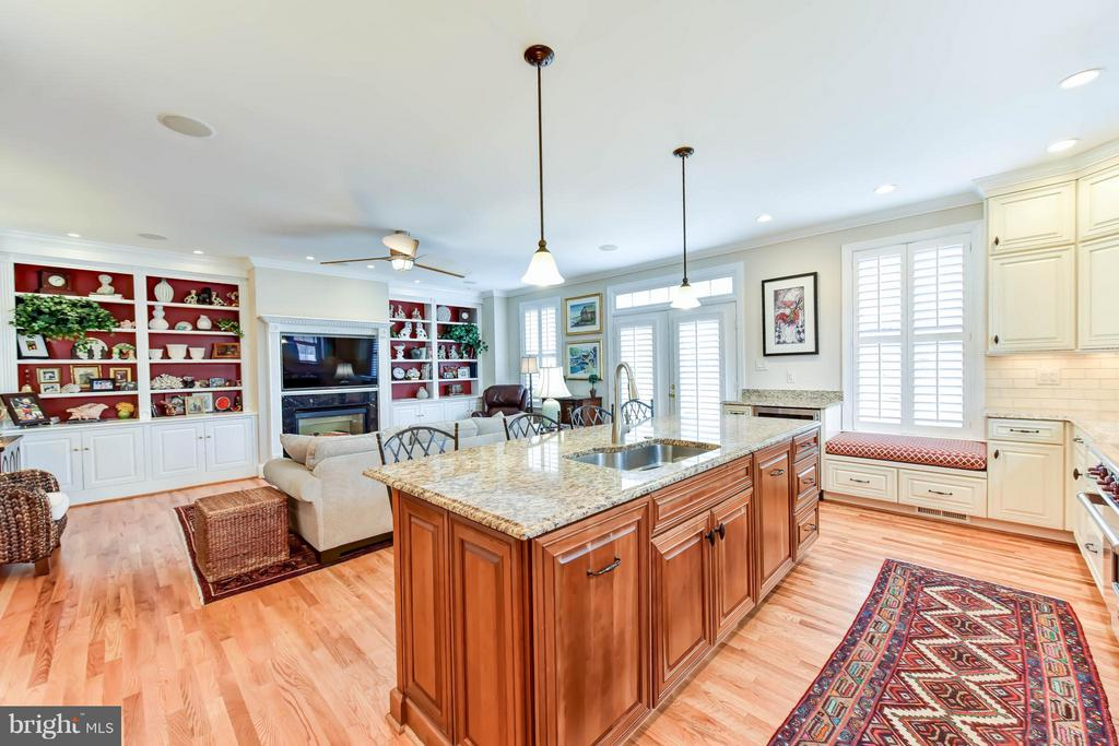 Bright and sunny living space - 472 BELMONT BAY DR, WOODBRIDGE