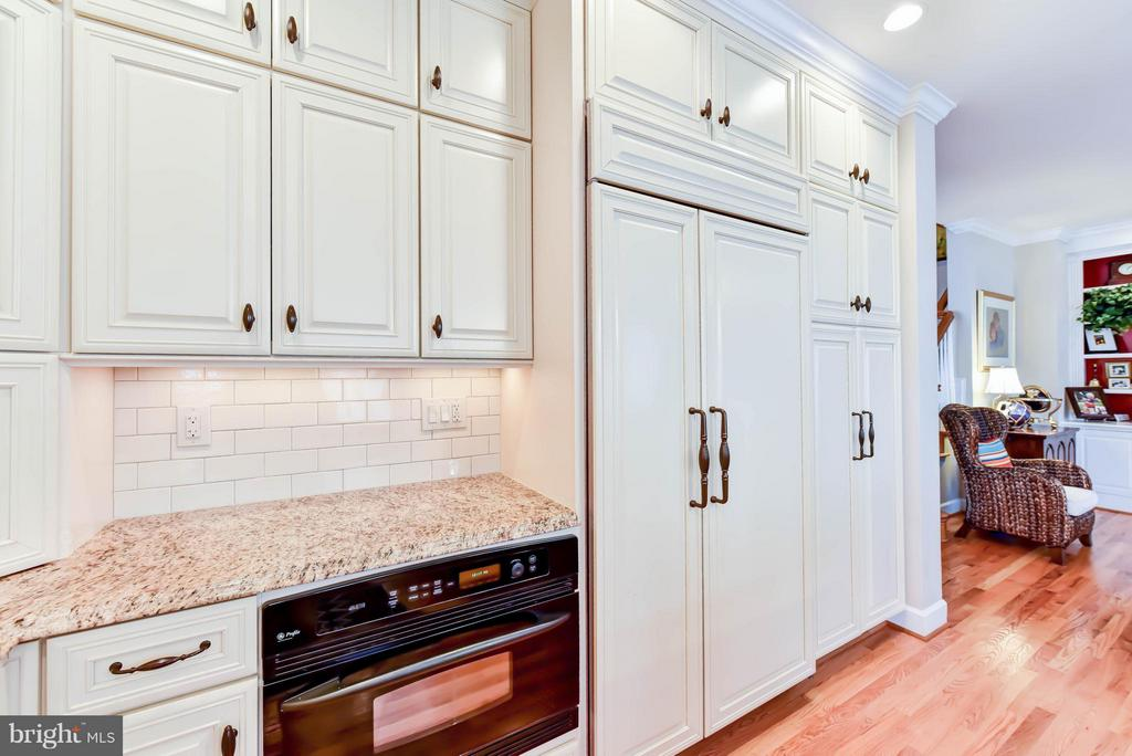 Kitchen is outfitted with high end appliances - 472 BELMONT BAY DR, WOODBRIDGE