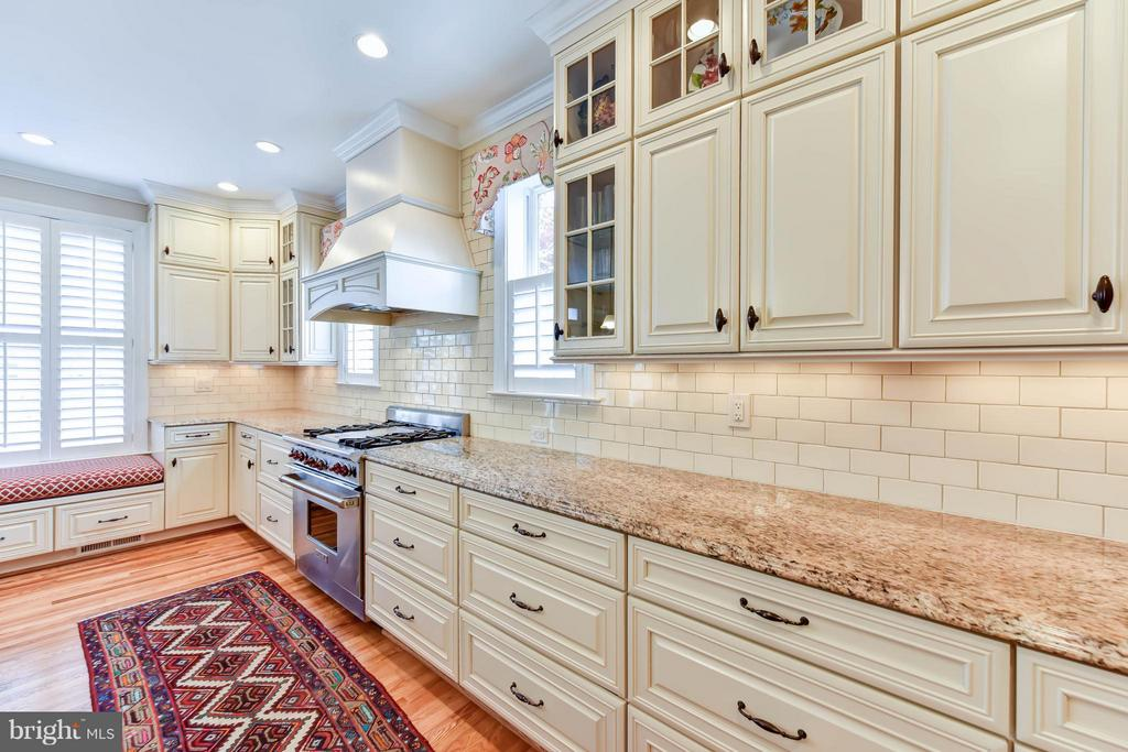 Custom cabinetry and luxury details - 472 BELMONT BAY DR, WOODBRIDGE