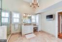 Spacious Master Bath with cathedral ceiling - 472 BELMONT BAY DR, WOODBRIDGE