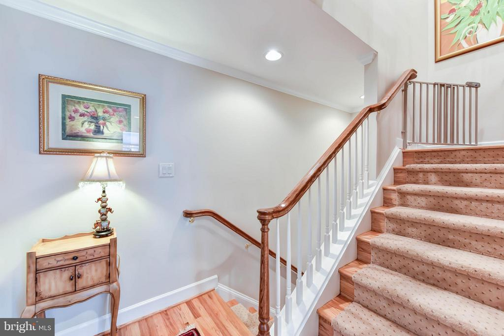 Wide staircases and large landings throughout home - 472 BELMONT BAY DR, WOODBRIDGE