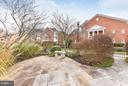 Hardscaped patio with lovely plantings - 472 BELMONT BAY DR, WOODBRIDGE