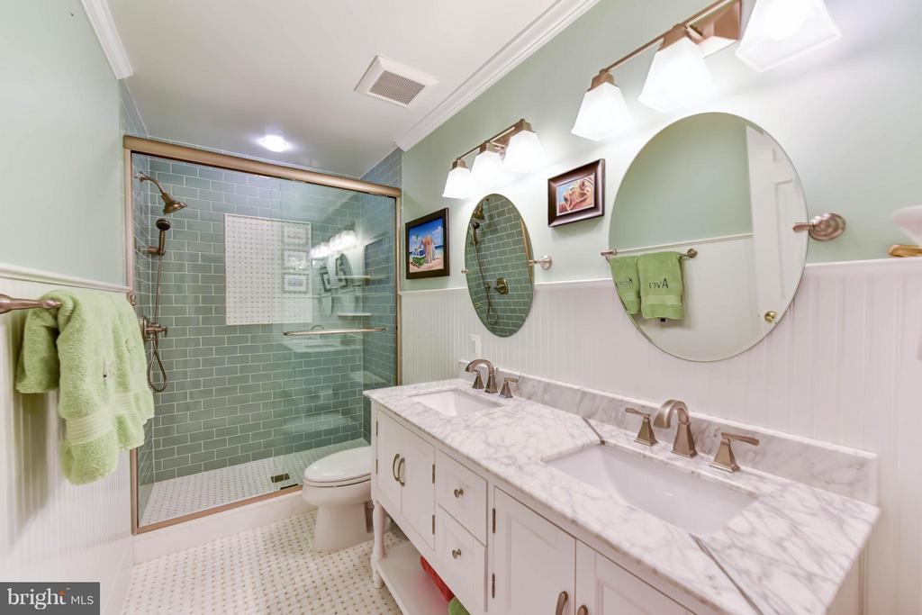 Upper level bathroom - 472 BELMONT BAY DR, WOODBRIDGE