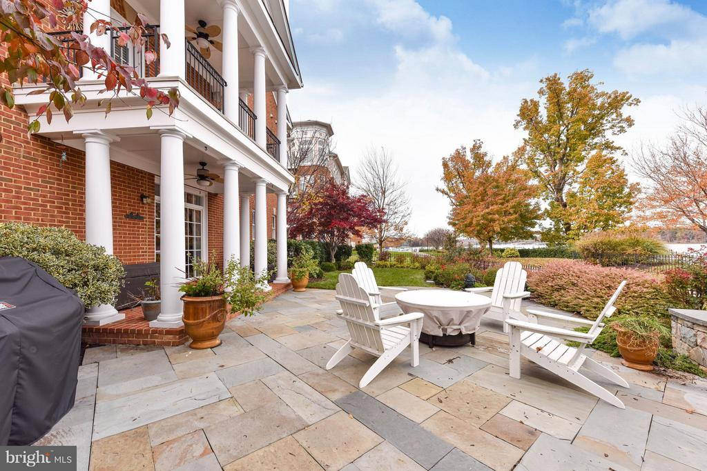 Large patio and lush back yard overlook bay - 472 BELMONT BAY DR, WOODBRIDGE