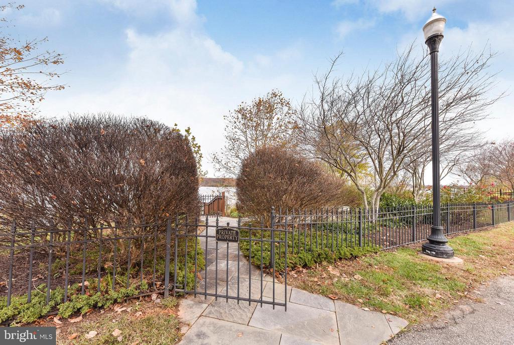 Private entrance to bay patios and dock - 472 BELMONT BAY DR, WOODBRIDGE