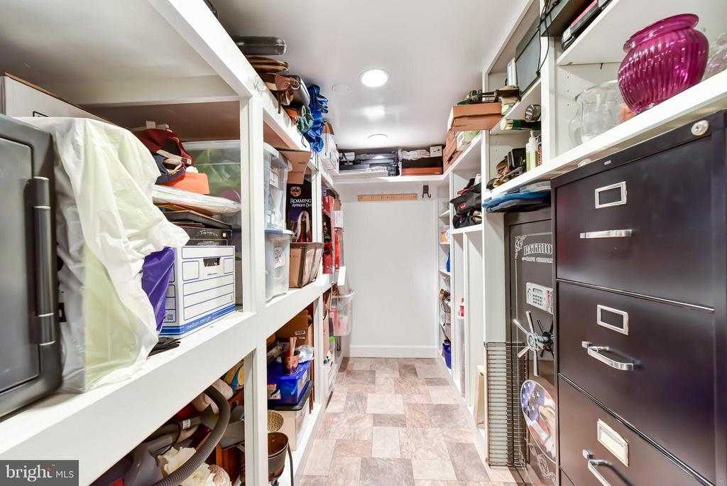 Handy gear room for boating & recreation equipment - 472 BELMONT BAY DR, WOODBRIDGE