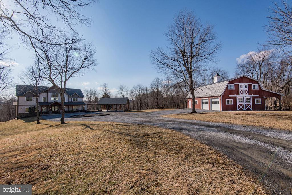 Home and barn situated on 10+ acres. - 20102 LOVERS LN, PURCELLVILLE
