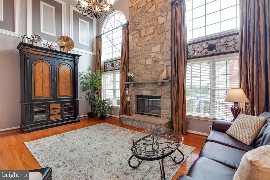 Impressive floor to ceiling stone fireplace - 19686 PELICAN HILL CT, ASHBURN