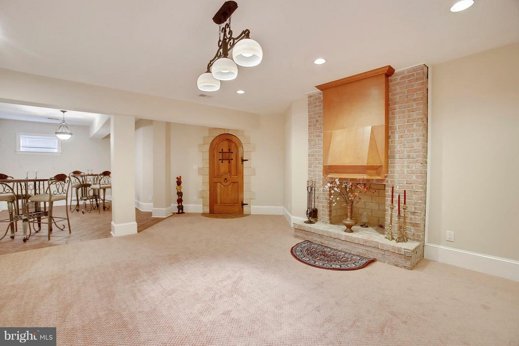 Lounge with wine cellar. - 22329 ROLLING HILL LN, GAITHERSBURG