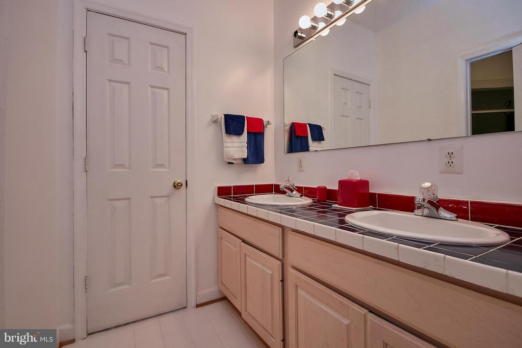 Buddy Bath Between 2  Large Bedrooms with Walk-ins - 6515 MILLER DR, ALEXANDRIA