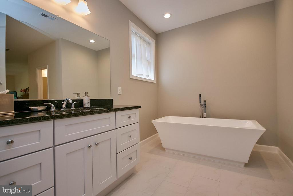 Separate Shower and Tub - 6515 MILLER DR, ALEXANDRIA