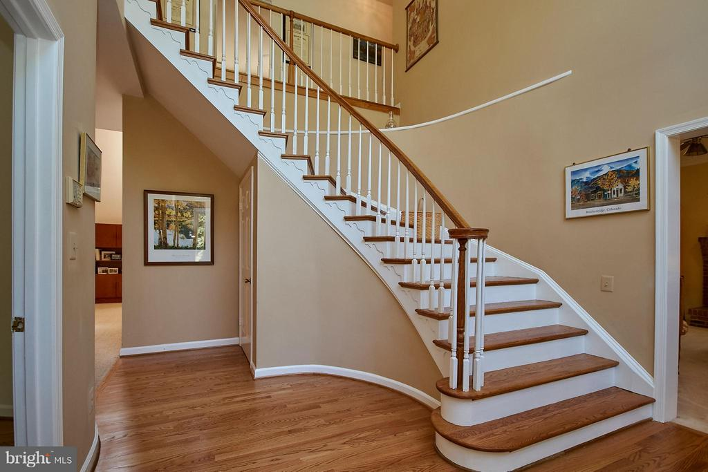 Curved Staircase in Two Story Foyer - 6515 MILLER DR, ALEXANDRIA