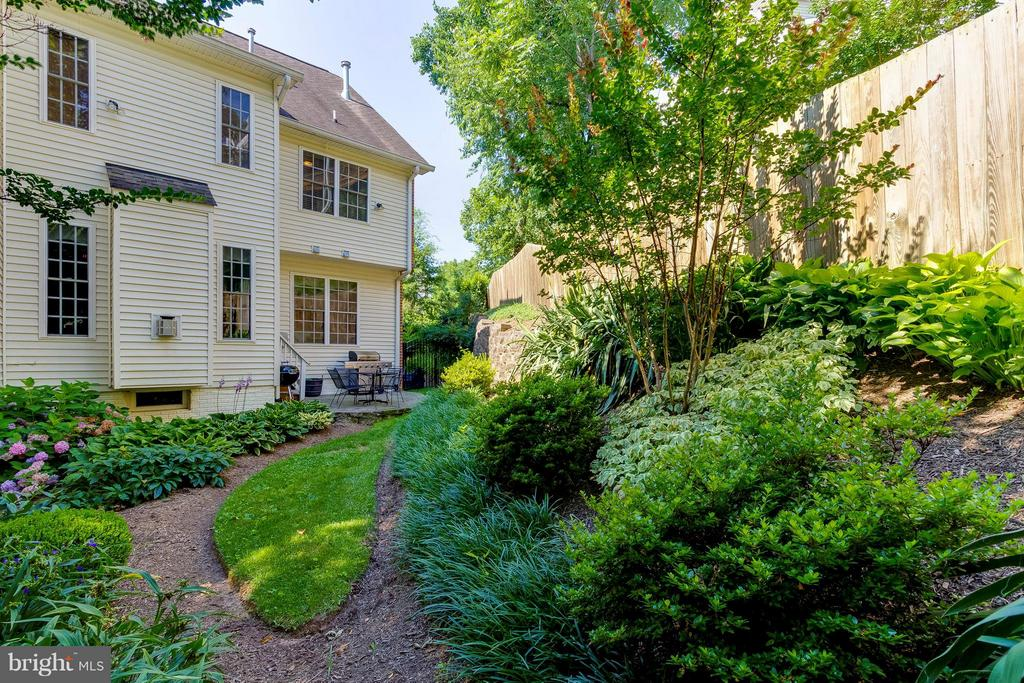 Beautifully Landscaped Back Yard - 382 MYRTLE PL, OCCOQUAN
