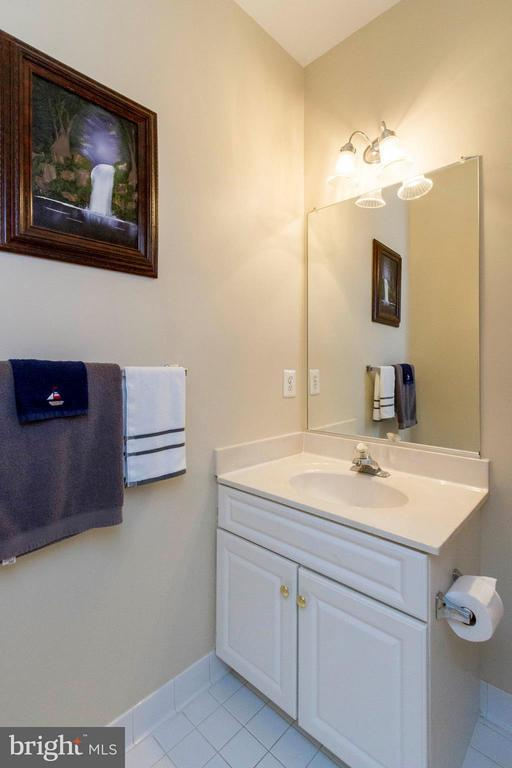 Main Level Powder Room - 382 MYRTLE PL, OCCOQUAN