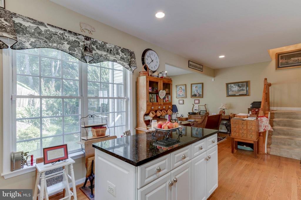 Kitchen Opens To Family Room - 382 MYRTLE PL, OCCOQUAN