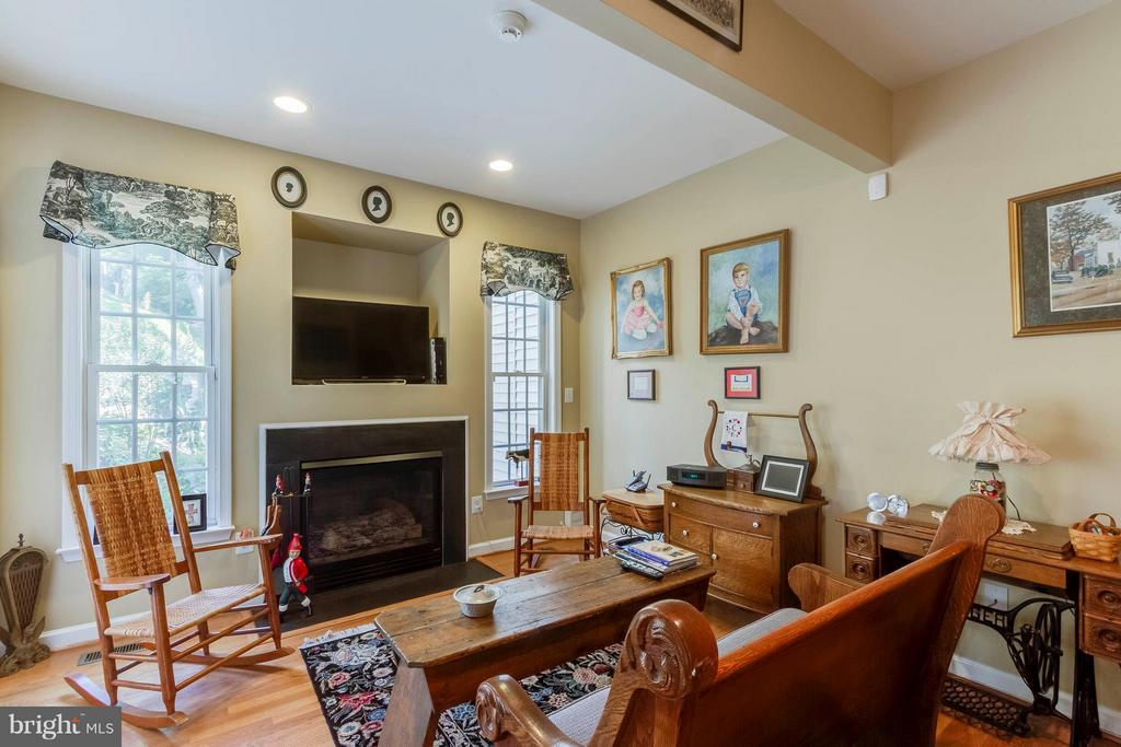 Comfortable Family Room W/Gas Log Fireplace - 382 MYRTLE PL, OCCOQUAN