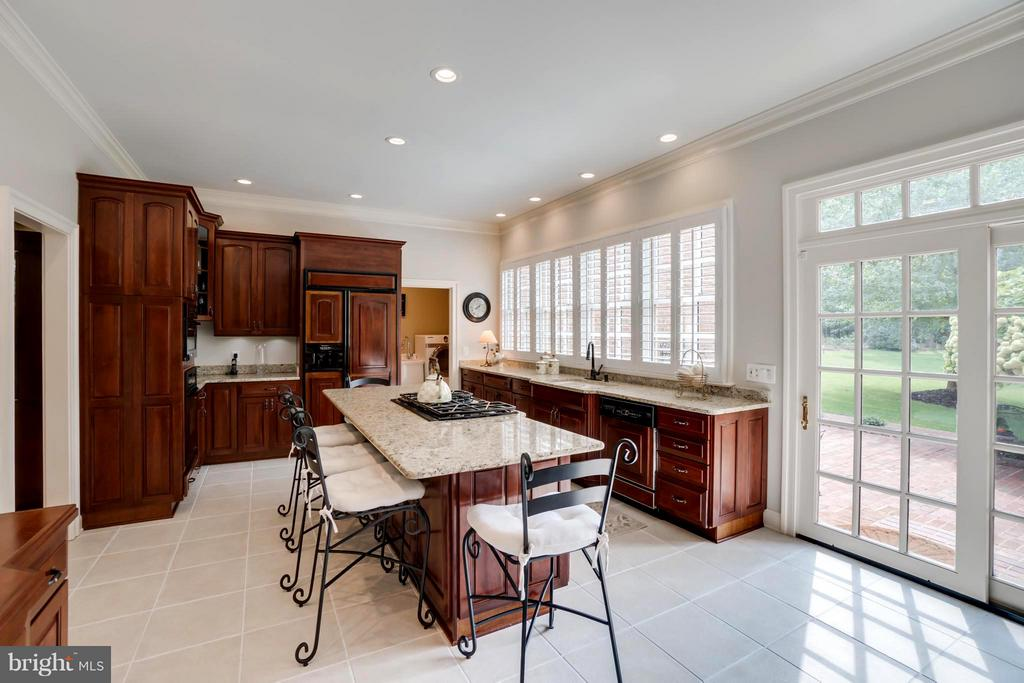 Enjoy casual dining on this large breakfast bar! - 8615 LEE JACKSON CIR, SPOTSYLVANIA