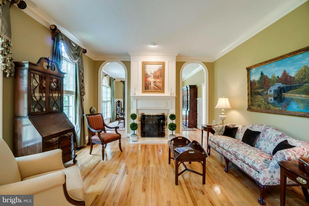 Elegant LR w/arched doorways, 10' ceilings! - 8615 LEE JACKSON CIR, SPOTSYLVANIA
