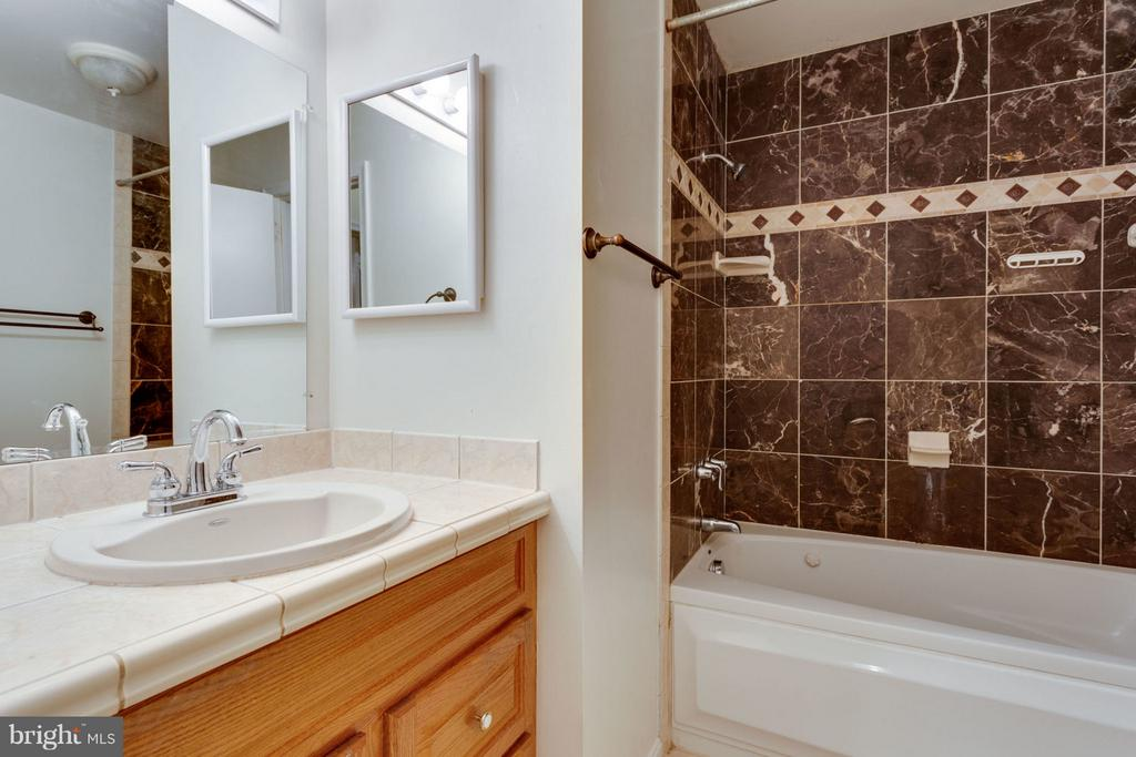 Hall Bath - 8738 ARLEY DR, SPRINGFIELD