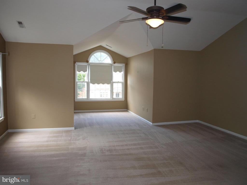 With Sitting Room - 47567 COLDSPRING PL, STERLING