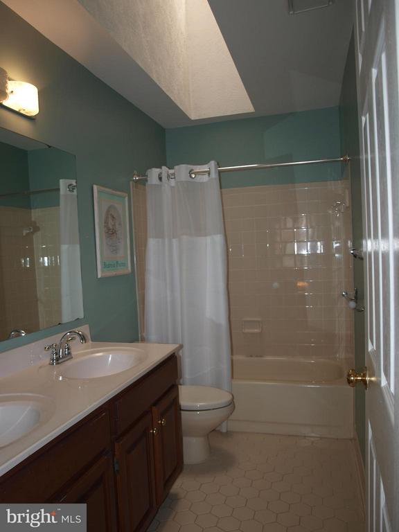 Upper Hall Bath - 47567 COLDSPRING PL, STERLING