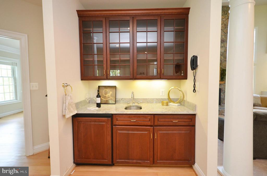 Wet Bar with Refrigerator and Sink in Living Room - 41155 TROTTER LN, PAEONIAN SPRINGS