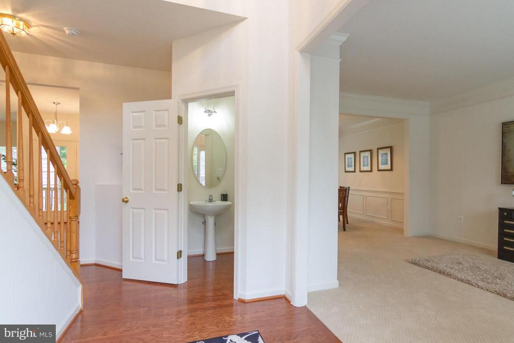 Foyer entry with upgraded trim package - 17 HEATHERBROOK LN, STAFFORD