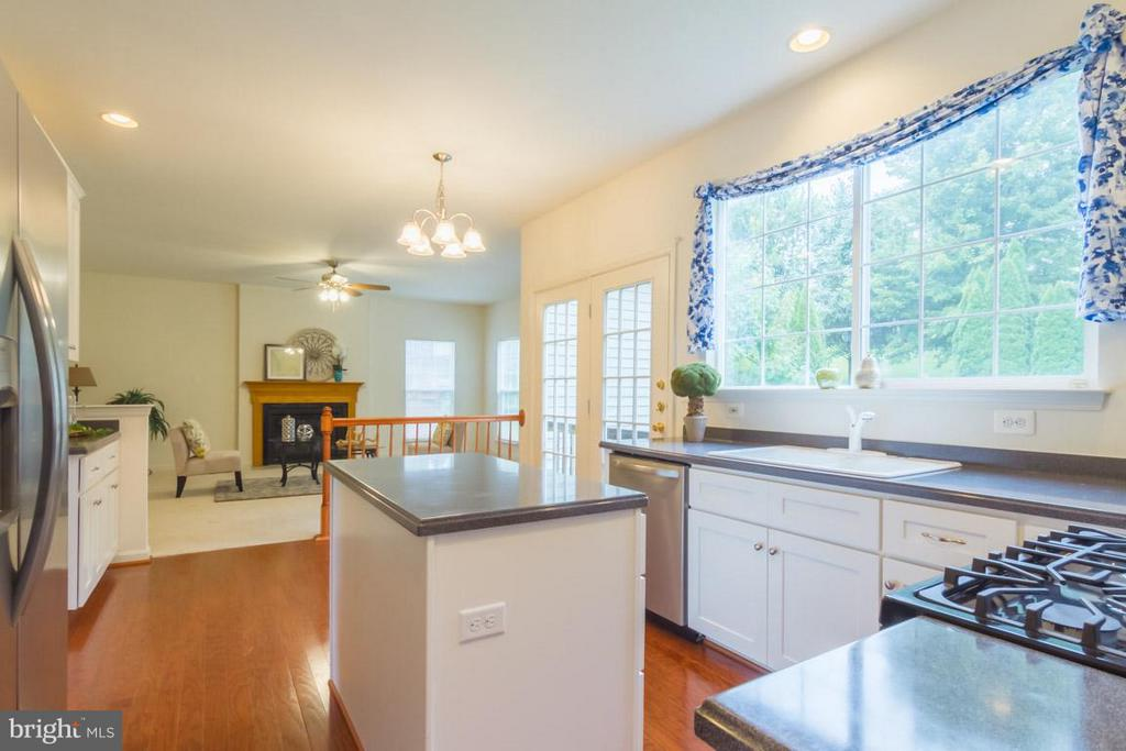 Kitchen with a gas cooking range and island - 17 HEATHERBROOK LN, STAFFORD