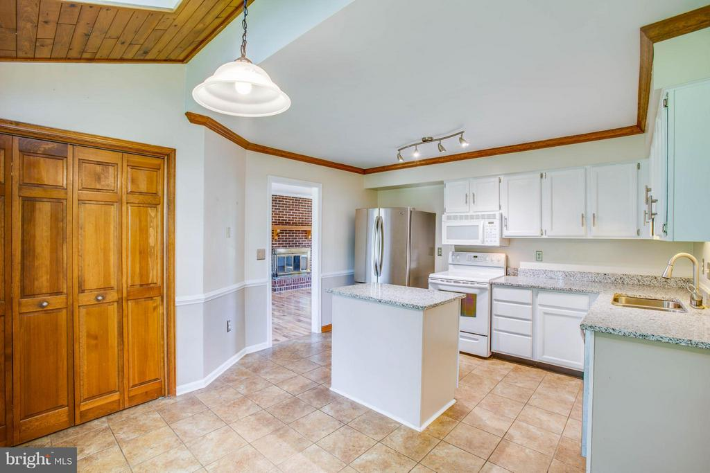 Bright Kitchen with large pantry - 5 STABLE WAY, FREDERICKSBURG